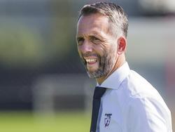 Barendrecht-trainer Adrie Poldervaart heeft het lastig tijdens het competitieduel Jong FC Twente - Barendrecht (10-09-2016).
