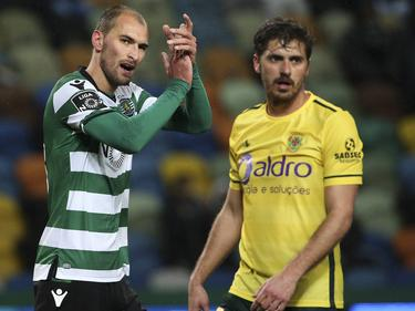 Filipe Ferreira (rechts) etwas abgekämpft als Bewacher von Sportings Bas Dost