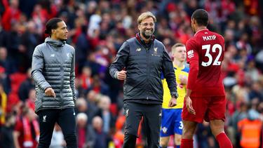 Jürgen Klopp (l.) grüßt mit dem FC Liverpool von der Tabellenspitze