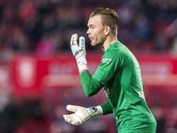 Nick Marsman spuugt wat tuf in zijn handschoenen in het duel met Willem II. (04-03-2017)