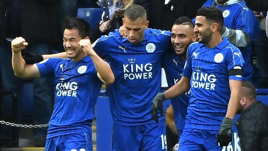 Okazaki (izq.) celebra un gol con el Leicester City.