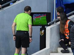 Un colegiado revisa el VAR en un partido de LaLiga.