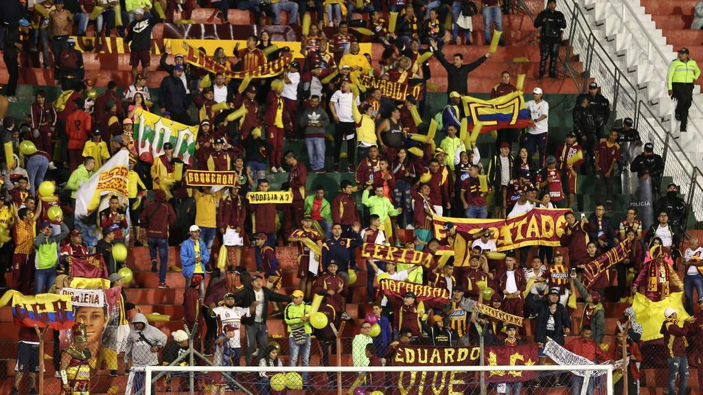 Aficionados de Tolima celebran la victoria de su equipo.