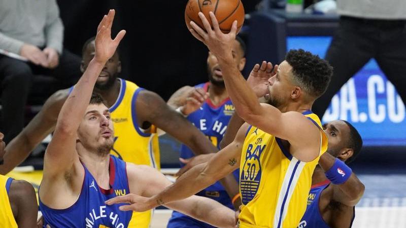 Auch Stephen Curry (r.) konnte nichts am Sieg der Nuggets ändern