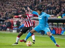 Krachtpatser Hulk (r.) van Zenit St. Petersburg vecht harde duels uit met PSV speler Jetro Willems (l.). (19-02-2015)