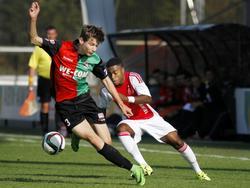 Che Nunnely (r.) schiet tijdens de wedstrijd Ajax B1 - NEC B1 langs Mark ter Haar heen. (10-10-2015)