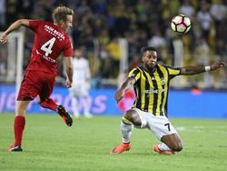 Jeremain Lens (r.) weet een lange bal ternauwernood te controleren, waardoor Bart van Hintum (l.) totaal uit positie is tijdens de competitiewedstrijd Fenerbahçe - Gaziantepspor. (25-09-2016)