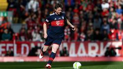 Michael Tarnat tritt für das Legenden-Team der Bayern noch gegen den  Ball