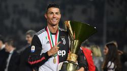 Ronaldo posa con el título de liga italiana.