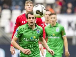PEC Zwolle-verdediger Dirk Marcellis is gehavend na een botsing met AZ-speler Levi Garcia, maar hij kan de wedstrijd voortzetten. (26-02-2017)
