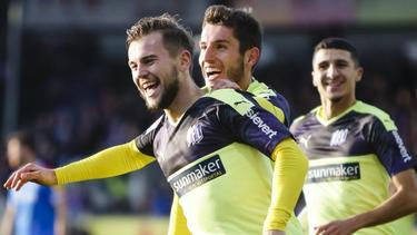 Osnabrücks Torschütze David Blacha (l.) feiert mit Bashkim Ajdini und Anas Ouahim den Treffer zum 3:2 gegen Holstein Kiel