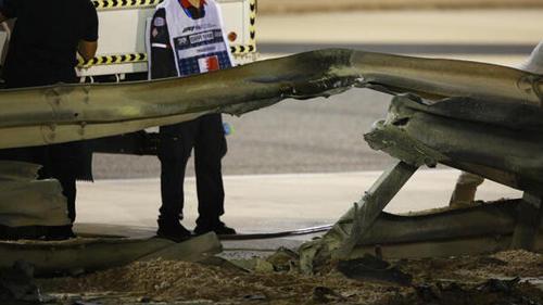 Durch diese Leitplanke schlug das Auto von Romain Grosjean