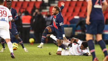 Neymar verletzt sich nach rüdem Foul von Thiago Mendes