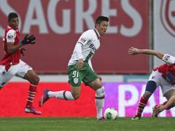 Hyun-Juk Suk speelde ooit bij Ajax en FC Groningen, maar maakt nu furore bij Vitória Setúbal. Hier rent de aanvaller twee verdedigers voorbij.