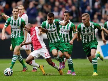 Thulani Serero wordt tijdens het competitieduel Ajax - PEC Zwolle dwars gezeten door vier Zwollenaren. (05-10-2014)