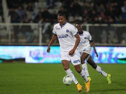 Sébastien Haller heeft de bal tijdens het competitieduel Auxerre - Brest. (31-10-2014)
