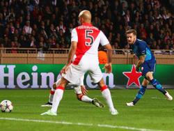 Dank dieses Schusses von Arsenals Aaron Ramsey (r), der zum zwischenzeitlichen 2:0 für die Gunners im Tor landet, darf Arsenal nach dem 1:3 im Hinspiel gegen Monaco wieder aufs Viertelfinale hoffen. (17.03.2015)