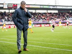 Roda JC-trainer René Trost kan het in de eerste helft al niet meer aan zien na een 4-0 achterstand tegen Sparta Rotterdam. (06-04-2015)