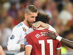 Foul mit Folgen: Real-Kapitän Sergio Ramos (l.) bringt Liverpool-Torjäger Mohamed Salah unsanft zu Fall