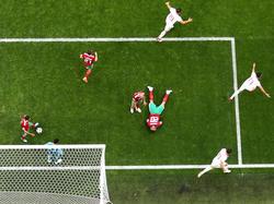 Moment des Spiels: Aziz Bouhaddouz (m.) trifft auf der falschen Seite