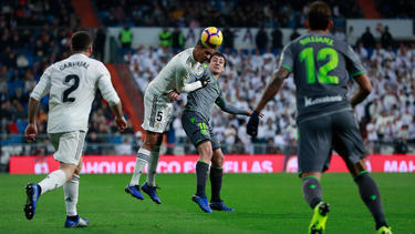 Rubén Pardo, aquí contra Casemiro, marcó el segundo gol de la Real. (Foto: Getty)