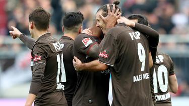 Mit seinem vierten Tor im fünften Spiel sicherte Alex Meier (r.) dem FC St. Pauli den Sieg