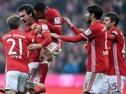Mats Hummels (2.v.l.) traf per Kopf zum 2:1 für seine Bayern