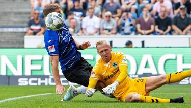 Fürth-Keeper Sascha Burchert versucht gegen Bielefelds Fabian Klos zu klären. Foto: Guido Kirchner