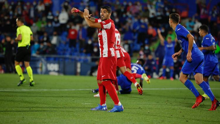 Suárez protesta unas manos del Getafe en el área.