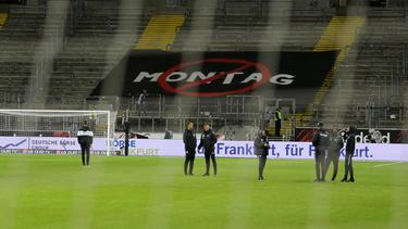 """Ein Banner mit dem durchgestrichenen Schriftzug """"Montag"""" ist im Frankfurter Fanblock aufgespannt"""
