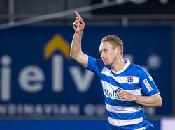 Stef Nijland viert één van zijn twee treffers tijdens het competitieduel PEC Zwolle - De Graafschap. (05-03-2016)