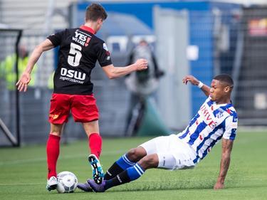 Kenneth Otigba (r.) glijdt met beide benen naar de bal. Bas Kuipers (l.) probeert de gevaarlijke sliding te ontwijken. (17-04-2016)