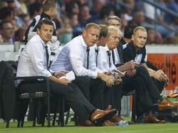 De technische staf van Heracles Almelo volgt nauwlettend de wedstrijd van hun team tegen PSV. (24-08-2013)