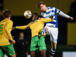 Bart Straalman (r.) gaat een luchtduel aan met Seku Conneh (m.) tijdens het competitieduel Fortuna Sittard - De Graafschap. (21-11-2014)