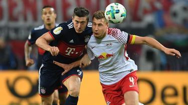 Robert Lewandowski und Willi Orban kämpfen um den Ball