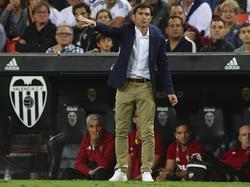 Marcelino da indicaciones en el banquillo de Mestalla. (Foto: Getty)