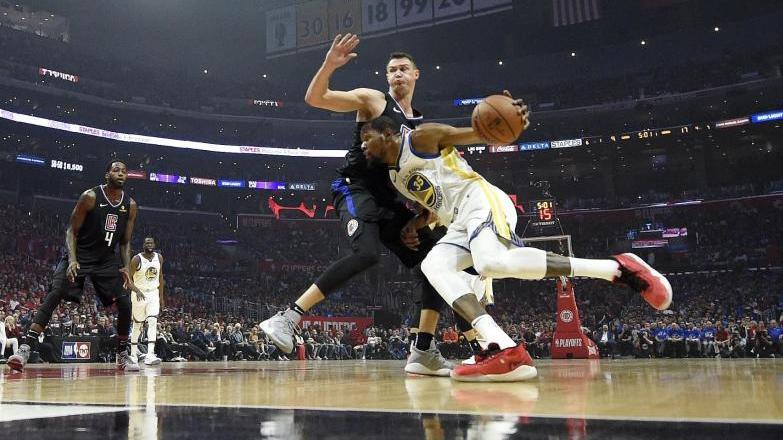Kevin Durant (r.) zieht gegen Danilo Gallinari von den Los Angeles Clippers zum Korb