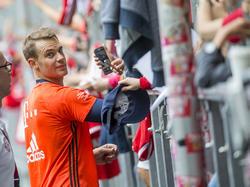 Manuel Neuer absolviert Muskelaufbau- und Stabilisationsübungen