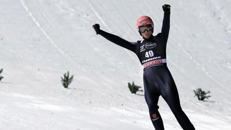 Karl Geiger jubelt in Val di Fiemme