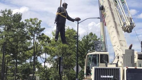 Eine Statue des ehemaligen Besitzers der Carolina Panthers, Jerry Richardson, wird vor dem Stadion der Mannschaft entfernt