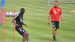 Hansi Flick (r.) vom FC Bayern hält große Stücke auf Tanguy Nianzou