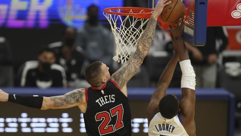 Daniel Theis (l) musste sich bei seinem Debüt im Bulls-Trikot  geschlagen geben