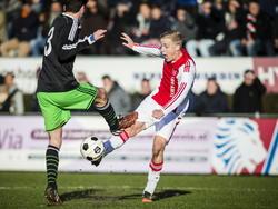 Donny van de Beek (r.) haalt uit tijdens de mini-Klassieker Feyenoord A1 - Ajax A1 en scoort de 0-1. (17-01-2015)