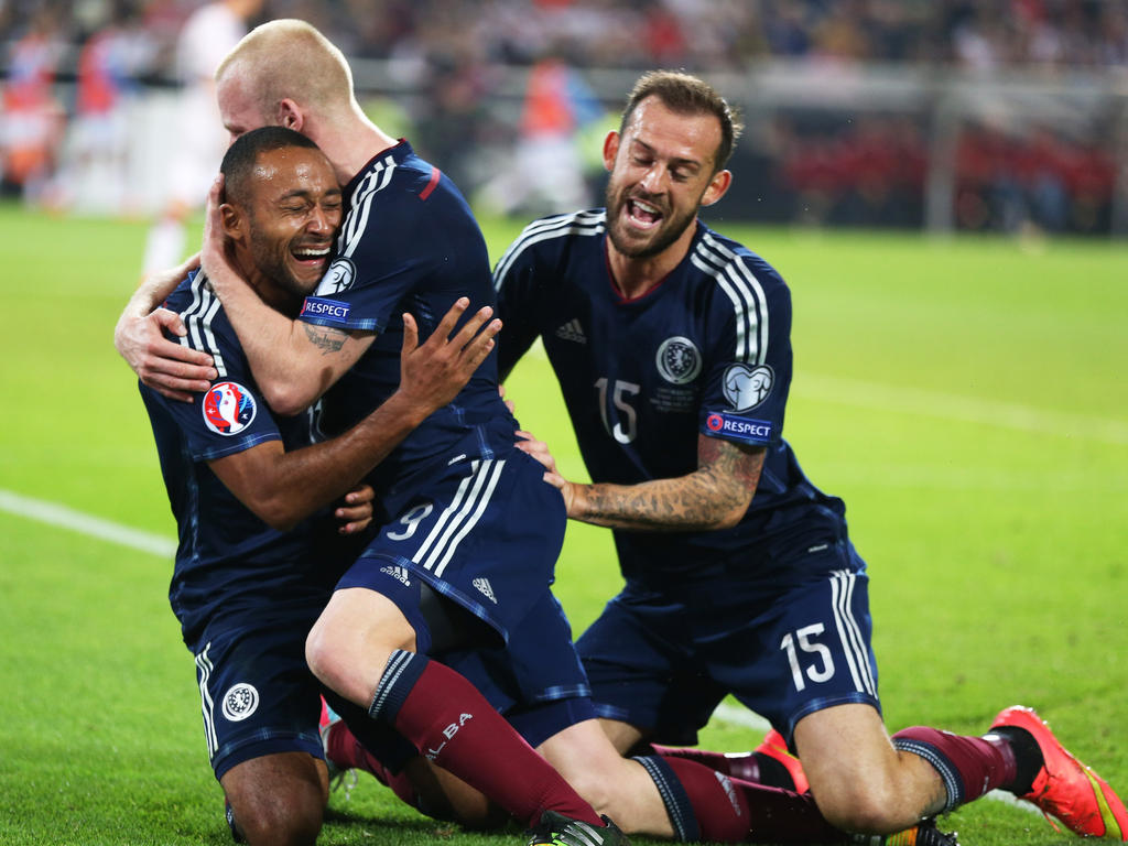 Riesiger Jubel bei Schottland: Soeben hat Ikechi Anya (l.) den Ausgleichstreffer in der EM-Qualifikationspartie gegen Weltmeister Deutschland erzielt. (7.9.2015)