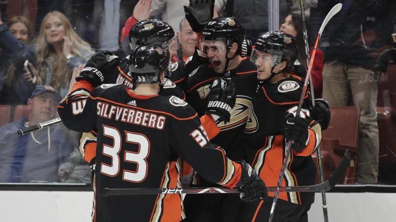 Die Spieler der Anaheim Ducks feiern ihren Sieg