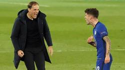Thomas Tuchel (l.) bejubelt mit Christian Pulisic das 2:0 für Chelsea