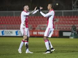Sam Hendriks (l.) en Richairo Živković vieren het openingsdoelpunt van Jong Ajax tegen RKC Waalwijk.