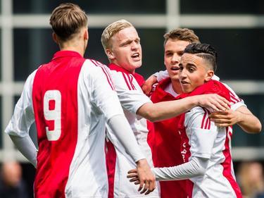 Ajax A1 komt op De Herdgang op gelijke hoogte met PSV A1. Václav Černý (l.), Donny van de Beek (m.l.), Robert Murić (m.r.) en Abdelhak Nouri (r.) vieren de goal. (02-05-2015)