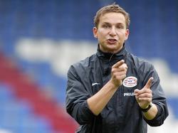 Pepijn Lijnders legt zijn oefenstof uit. Tijdens een training van PSV legt hij een trainingsvorm uit aan de jeugd van de Eindhovense club. (19-09-2007)