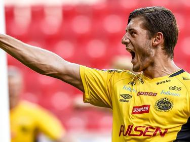 Zeneli juicht na een treffer. In het duel met Kalmar heeft de Zweedse aanvaller net gescoord en viert dat met het publiek. (23-08-2015)